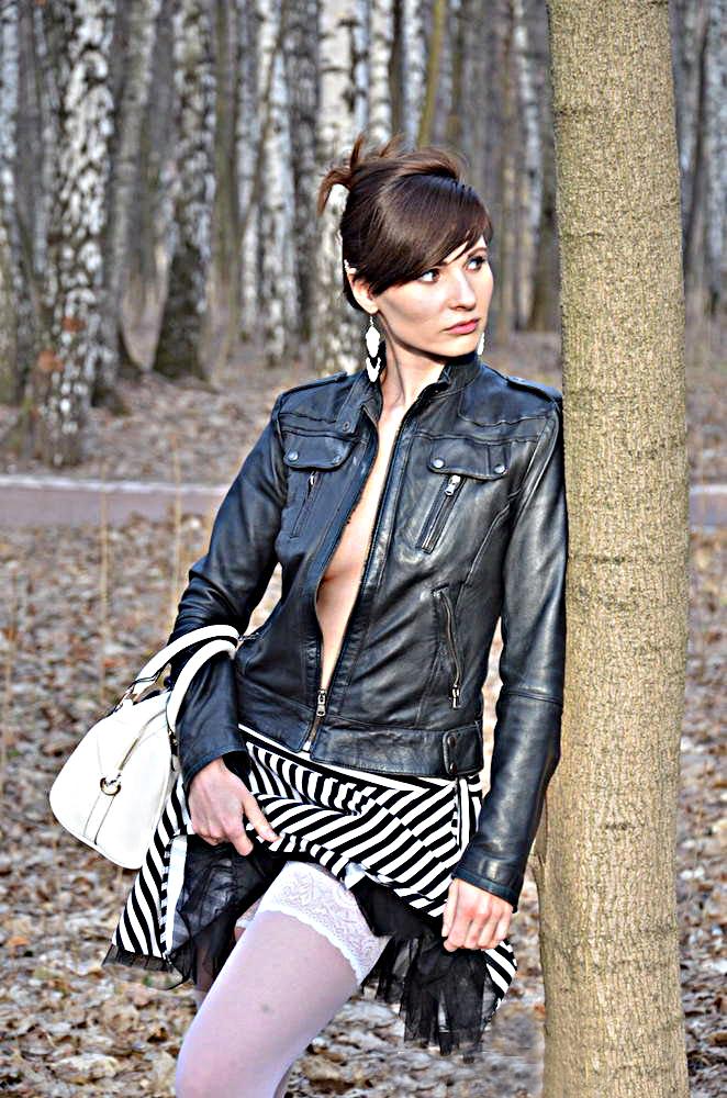 Jeny in un parco in autoreggenti