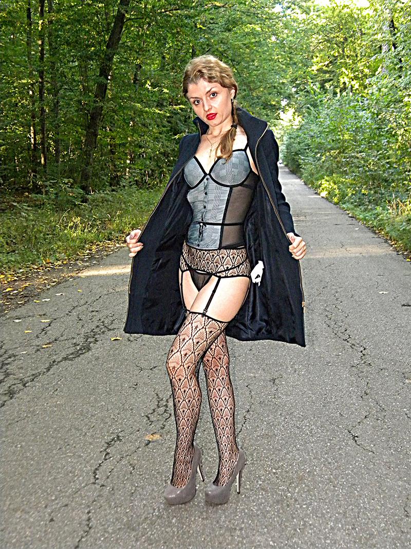 Karla in autoreggenti e guepiere
