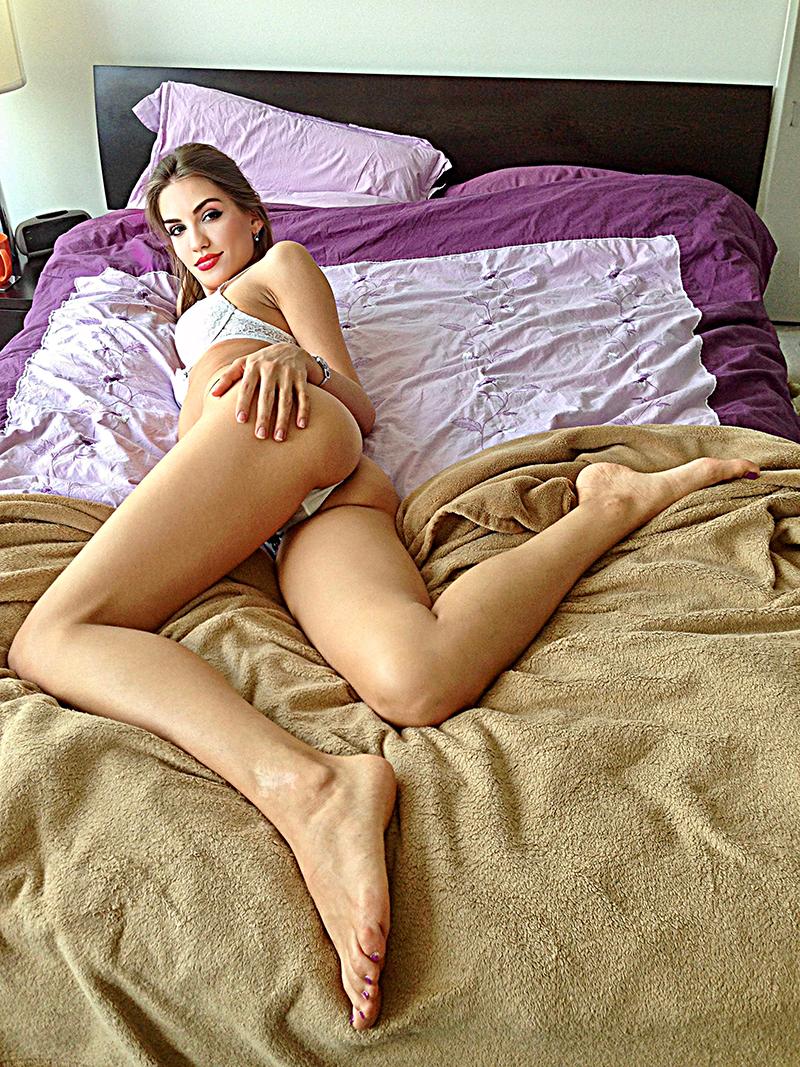 Felitsiya che mostra i suoi piedi