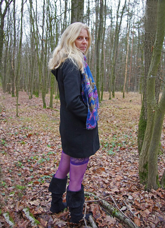 Angelika con le calze viola