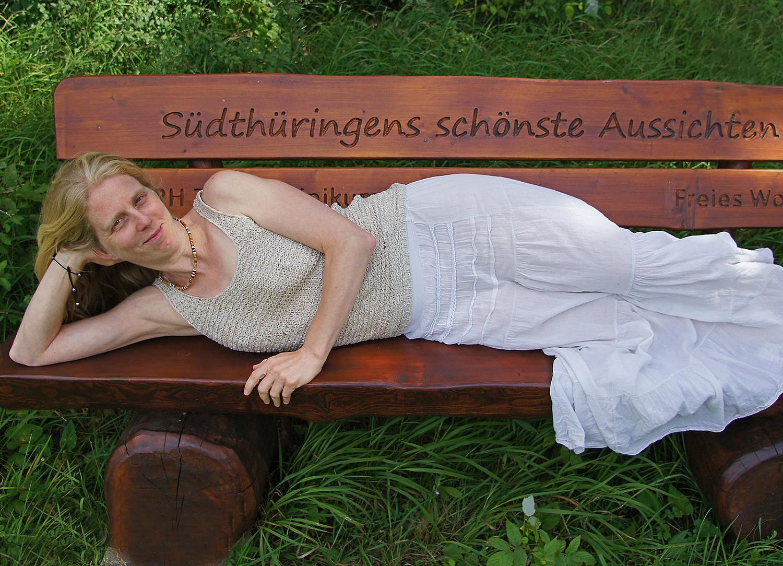Angelika distesa sulla panchina